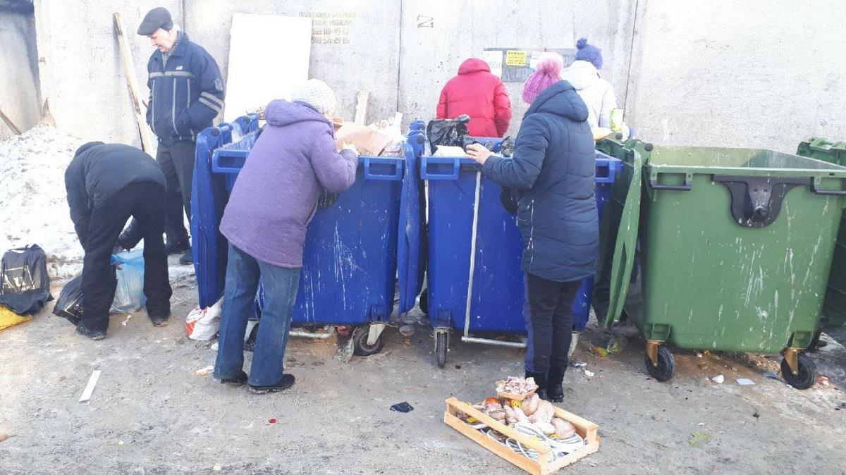Челябинские пенсионеры выстроились в очередь за едой на помойке. ФОТО —  URA.RU
