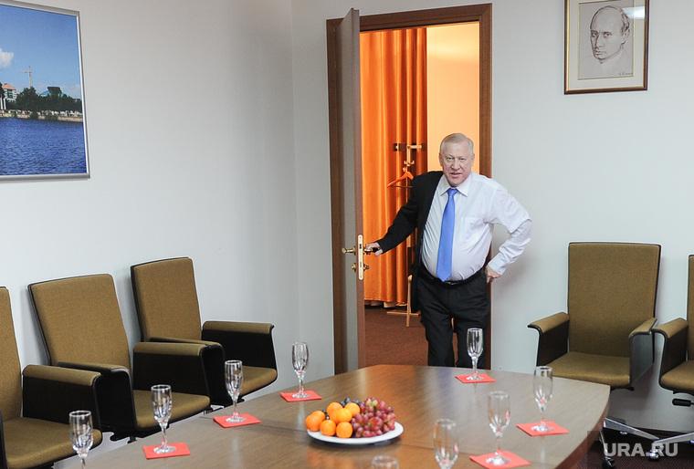Глава Челябинска Евгений Тефтелев повесил портрет Владимира Путина, написанный Никасом Сафроновым, в своем рабочем кабинете. Челябинск, тефтелев евгений