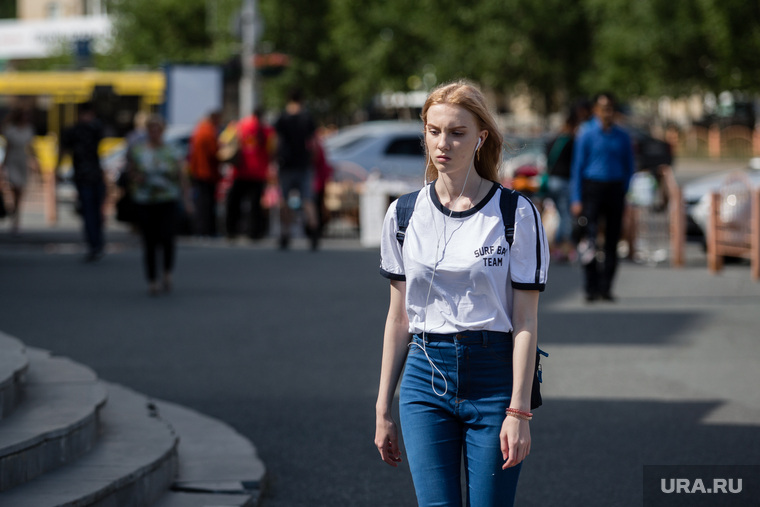 Город летом. Сургут, грусть, тоска, подросток, печаль, депрессия, девушка с плеером, молодежъ, плохое настроение