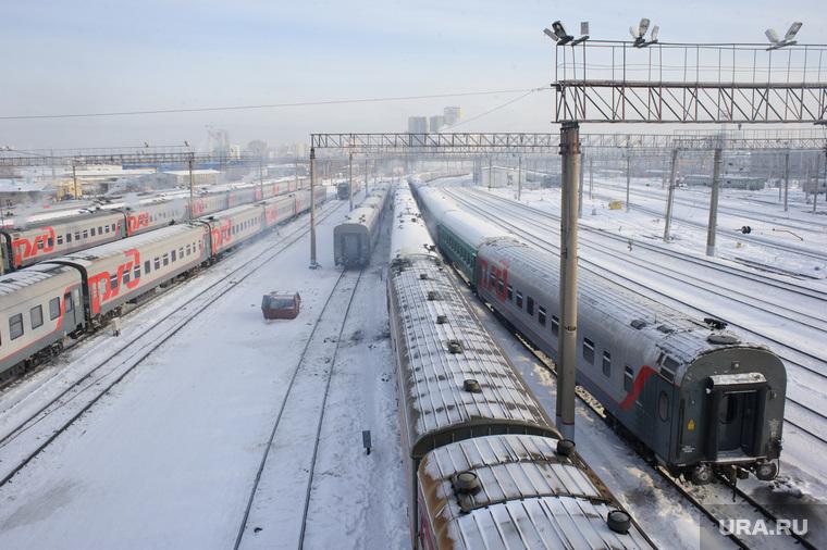 Подготовка поезда дальнего следования к рейсу: проводница в пассажирском вагоне. Екатеринбург, поезд, железная дорога, депо, станция екатеринбург пассажирский