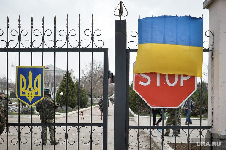 Неопознанные войска в Крыму. Украина. Севастополь, дорожный знак, стоп, войска, крым, солдаты, военные, украина, флаг