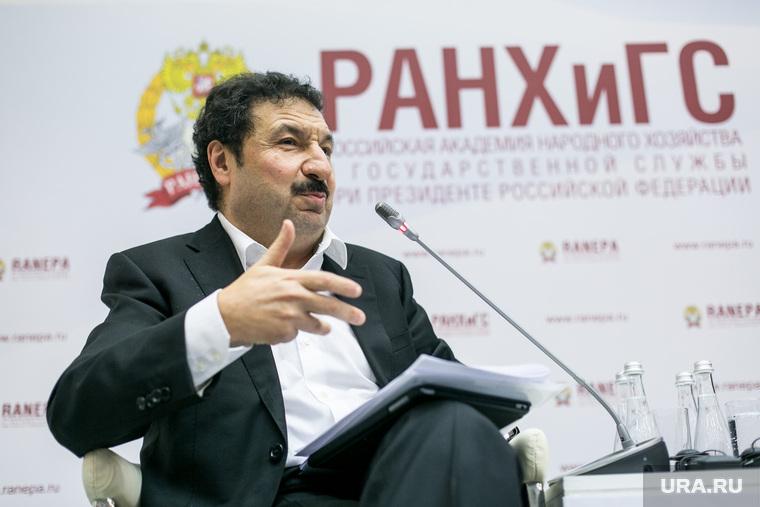 VIII Гайдаровский форум, второй день. Москва, мау владимир, жест рукой