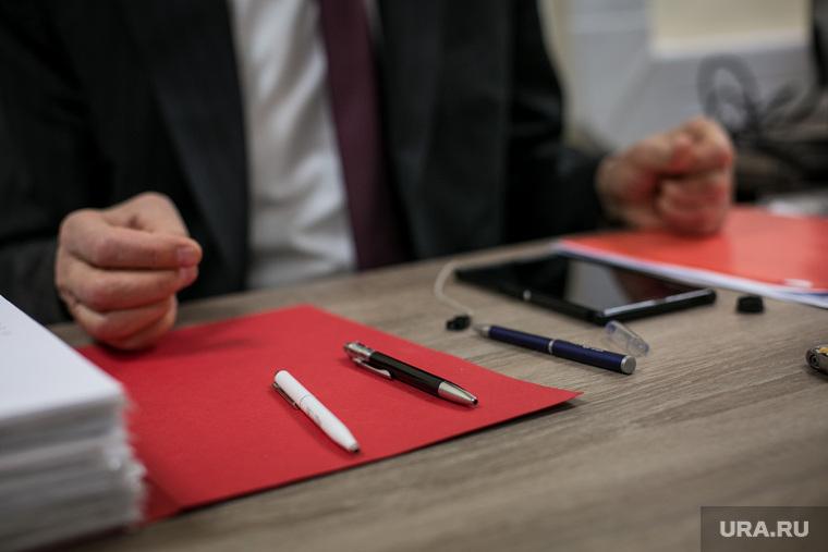 Интервью с Медведевым П.А. Москва, ручки, стол чиновника