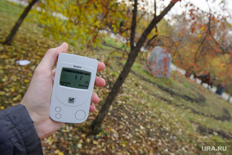 Замер радиационного фона на улицах Екатеринбурга, микрорентгены, замер радиации, дозиметр, аллея культуры