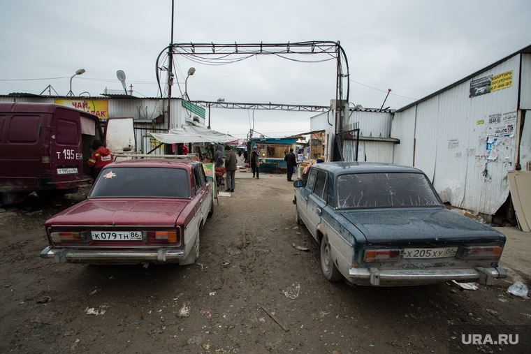 Виды города. Нижневартовск, автомобили, жигули, рынок, сибирский балаган