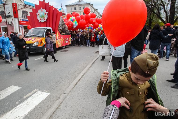 Парад Победы в Великой Отечественной войне. Тюмень, парад победы, демонстранты
