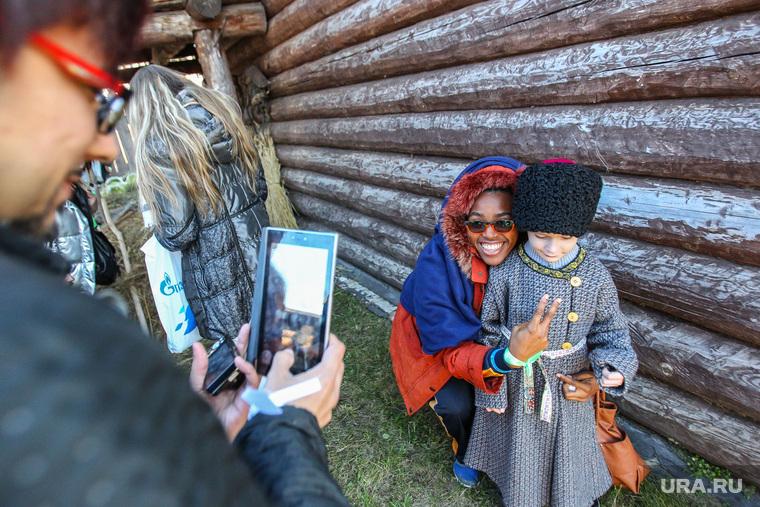 Открытие региональной программы XIX Всемирного фестиваля молодежи и студентов в Тюмени, смартфон, туризм, фотографирует на мобильник, гаджет, фольклор, иностранцы, студенты, ВФМС