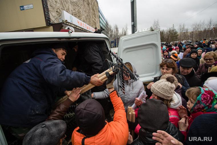 Общегородской субботник на ул. Островского и около ИКЦ Старый Сургут, субботник, раздача граблей