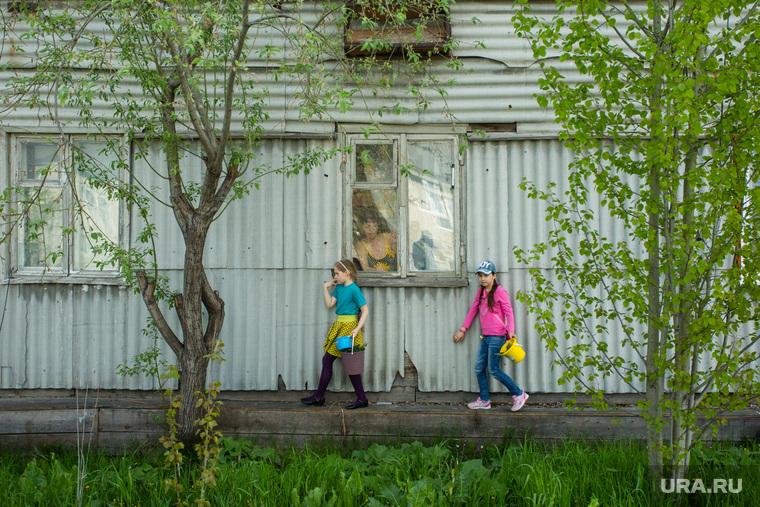 Виды ПГТ Пойковский, поселковая жизнь, дети на теплотрассе