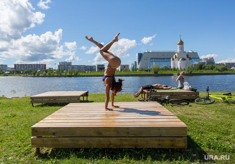 Город летом. Сургут, пляж, йога, асана, парк За Саймой, лежаки, девушка на руках