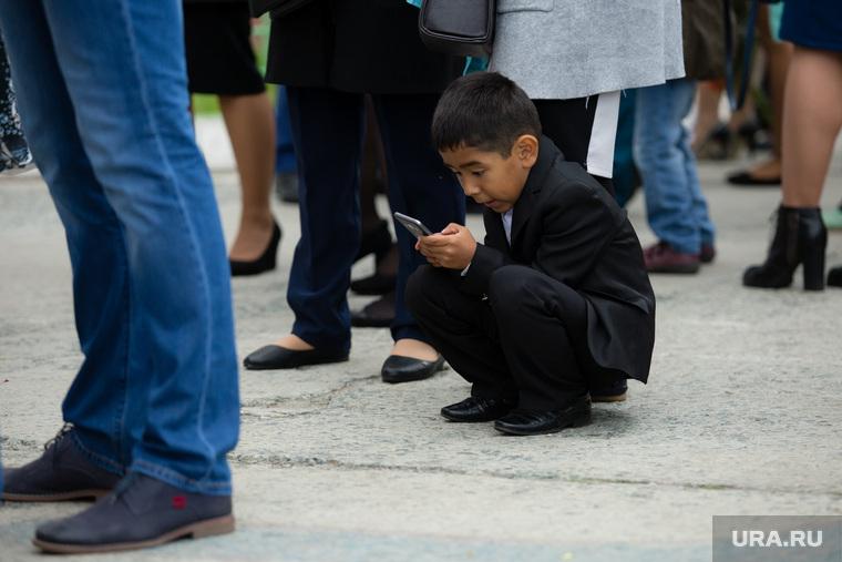 День знаний в поселке Нижнесортымский. Сургут , смартфон, гаджеты, школа, ребенок с телефоном