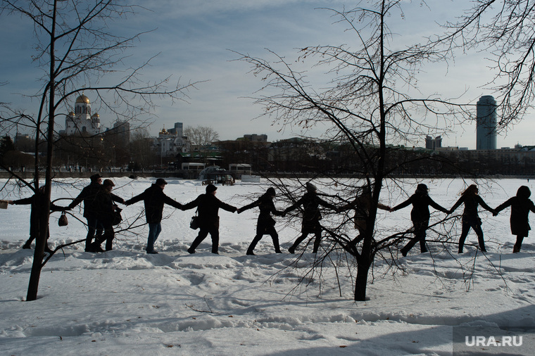 Акция протеста против строительства храма на воде. Екатеринбург, набережная, храм на крови, бц высоцкий, река исеть, акция обними пруд