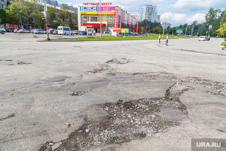 Рабочая поездка по городу. Екатеринбург, разбитая дорога, колдобины, яма на дороге, яма на проезжей части, сортировка, магазин кировский