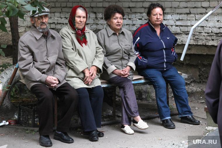Встреча кандидата в депутаты Сидорова с избирателями Курган, пенсионеры на скамейке