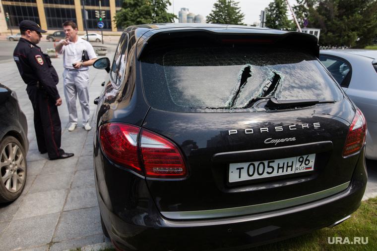 Побитые автомобили у входа в Заксобрание СО. Екатеринбург
