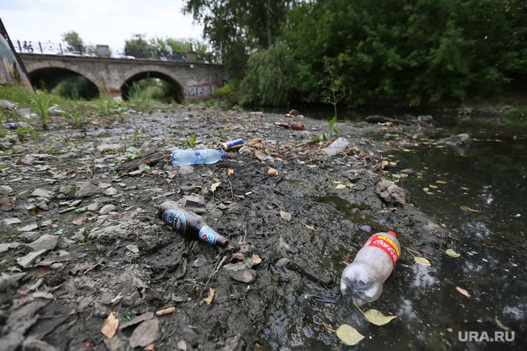 Прогулка по городу, грязь, пластиковые бутылки, мост