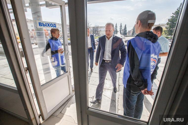 Партийная сессия Единой России в Первоуральске, дверь, шептий виктор, единая россия, вход