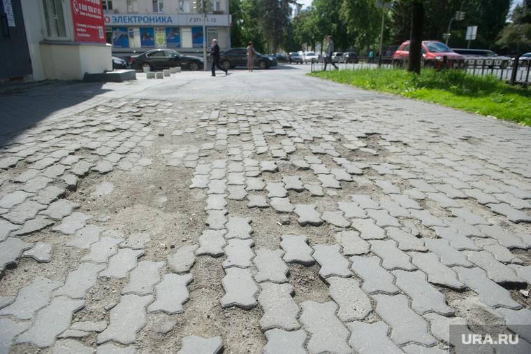Неблагоустроенный Екатеринбург, тротуарная плитка