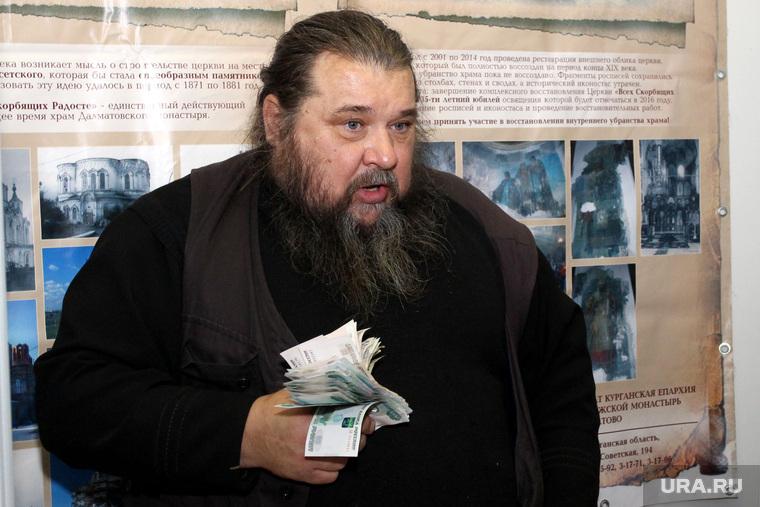 Православная выставкаКурган, монах с деньгами