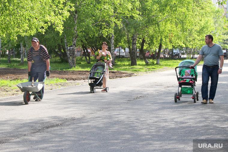 Городской садКурган, городской сад, коляски с детьми