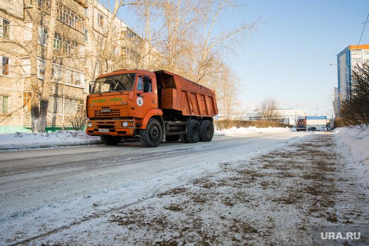 Место трагедии где на ребенка наехал грузовик. Сургут, тротуар, самосвал, гололед, песок на дороге, коммунальное хозяйство