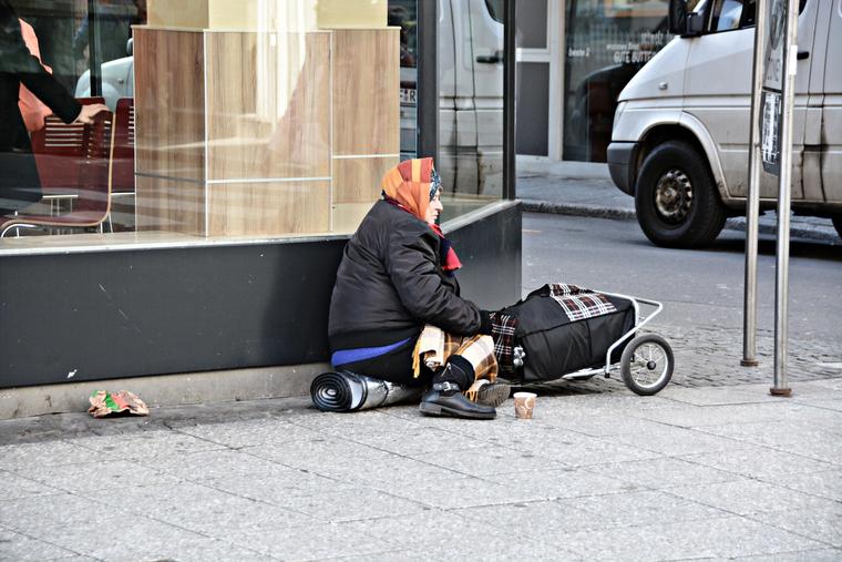 Открытая лицензия от 10.07.2017. Бедность, нищета, пенсионерка, старушка, бедность, нищета, нет денег, попрошайничество, бабуля
