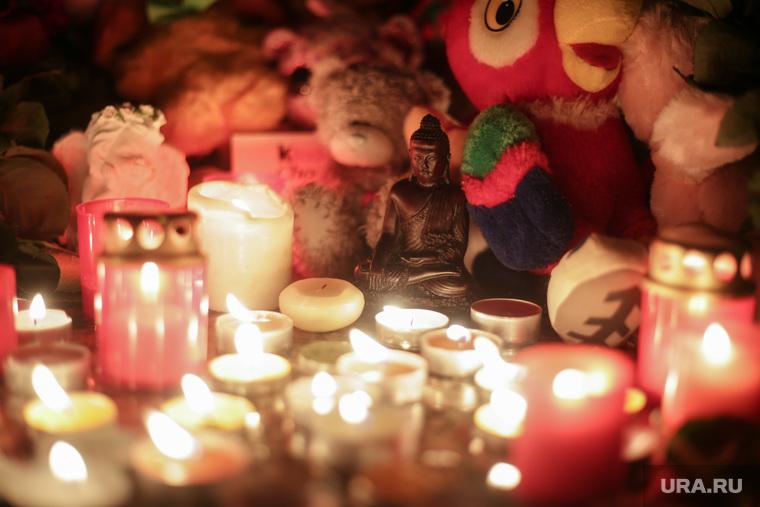 """Акция памяти погибших при пожаре в Кемерове в ТЦ """"Зимняя вишня"""".  Пермь. , будда, акция памяти, свечи, трагедия, детские игрушки, статуэтка, траур, ребенок, игрушка, попугай кеша"""
