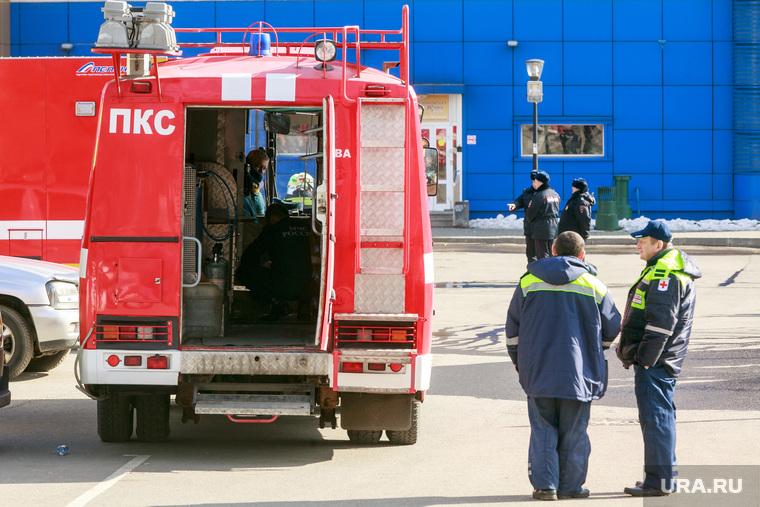 """ТЦ """"Персей"""" после ликвидации пожара в здании торгового центра. Москва, пожарные расчеты, автомобили мчс, экстренные службы, чрезвычайное происшествие, врачи скорой помощи"""