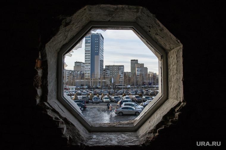 """Здание бывшего клуба """"Gold"""". Екатеринбург, автостоянка, вид из окна, старое здание, екатеринбург, жилой дом молодежный, улица ткачей6"""