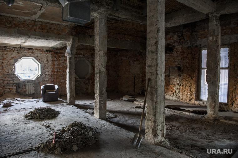 """Здание бывшего клуба """"Gold"""". Екатеринбург, реконструкция здания, колонны, ремонт, старое здание, уборка помещения"""