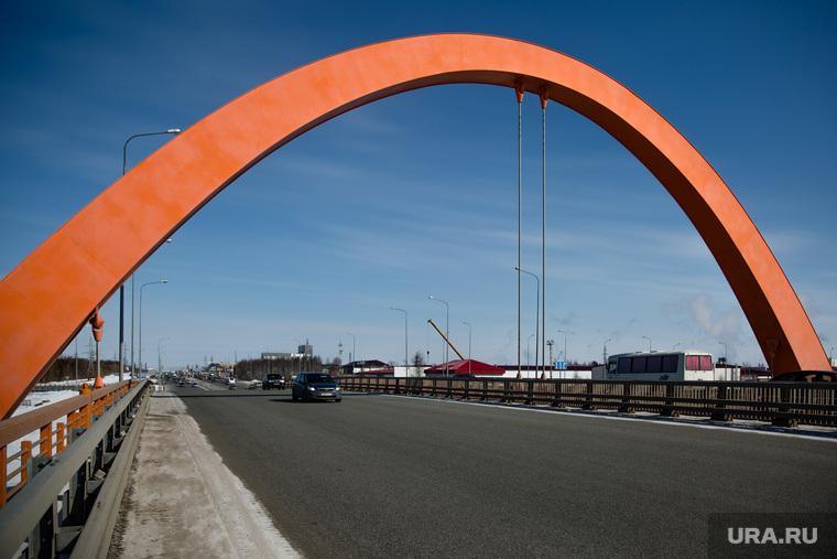 Дороги города через год после замены полотна. Сургут, дорога, улица аэрофлотская, ворота в город