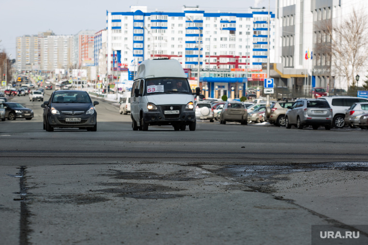 Дороги города через год после замены полотна. Сургут, проезжая часть, дорога