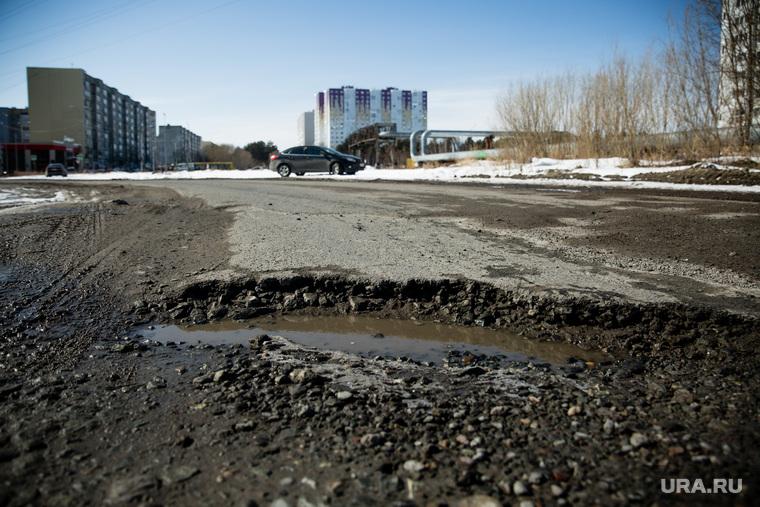 Дороги города через год после замены полотна. Сургут, яма на дороге, улица салманова
