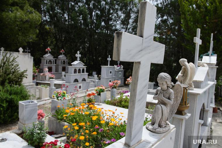Виды Лимассола, Гирне, Куриона и Продромоса. ТРСК и Республика Кипр, крест, могила, кладбище, статуэтка, надгробие