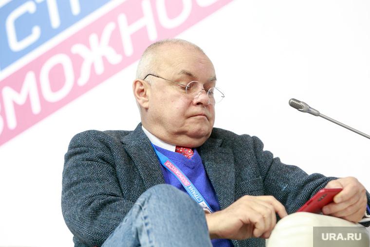 """Всероссийский форум """"Россия страна возможностей"""", первый день. Москва, смотрит в телефон, киселев дмитрий, можно"""