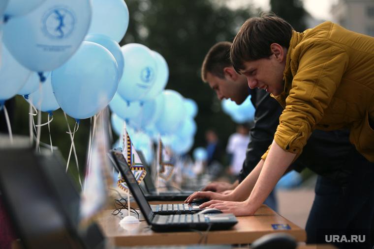 Акция в поддержку Невьянской башни на проекте Россия-10. Екатеринбург, воздушные шары, ноутбуки, компьютеры
