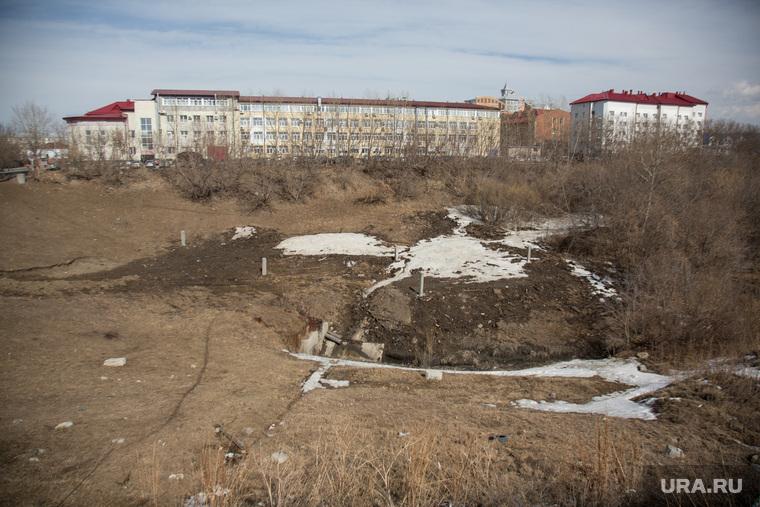 Овраг, на месте которого планируют построить общежитие университета. Здание ФНС и здание ФСБ., овраг, лог, река тюменка