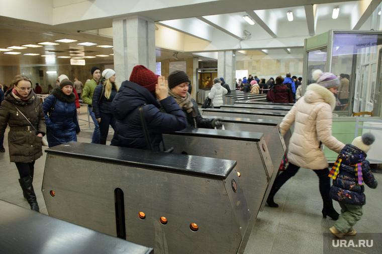 В екатеринбургском метрополитене усилены меры безопасности. Екатеринбург, екатеринбургский метрополитен, площадь 1905года, метро