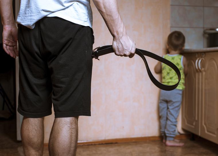 Педофил, детское насилие, показ мод, подиум, модели, педофилия, маленький мальчик, педофил, детское насилие, ремень в руке, бить ребенка, наказывать ребенка