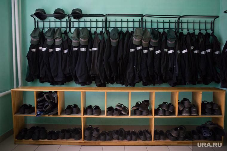 Первое сентября в кировоградской колонии для несовершеннолетних, заключенные, раздевалка, тюрьма, исправительная колония, зеки, спецодежда, тюремная одежда, тюремная роба, зэки