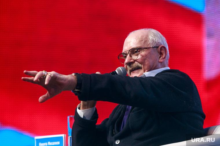 """Всероссийский форум """"Россия страна возможностей"""", первый день. Москва, михалков никита, жест рукой"""