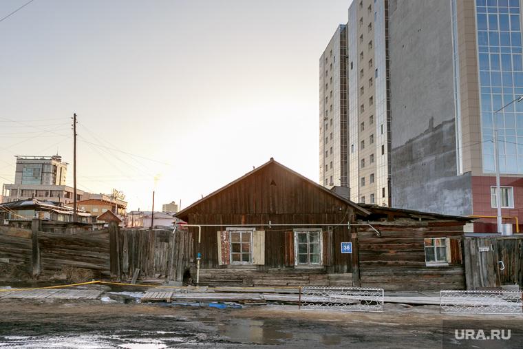 Репортаж про якутских ученых. Якутск, деревянный дом, новостройки, грязь на дорогах, весна, распутица, бездорожье, город контрастов, улица ярославского