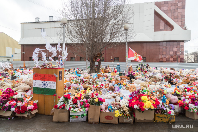 Кемерово. День 3-ий, мемориал, цветы, тц зимняя вишня, кемерово мы с тобой, мягкие игрушки, флаг индии