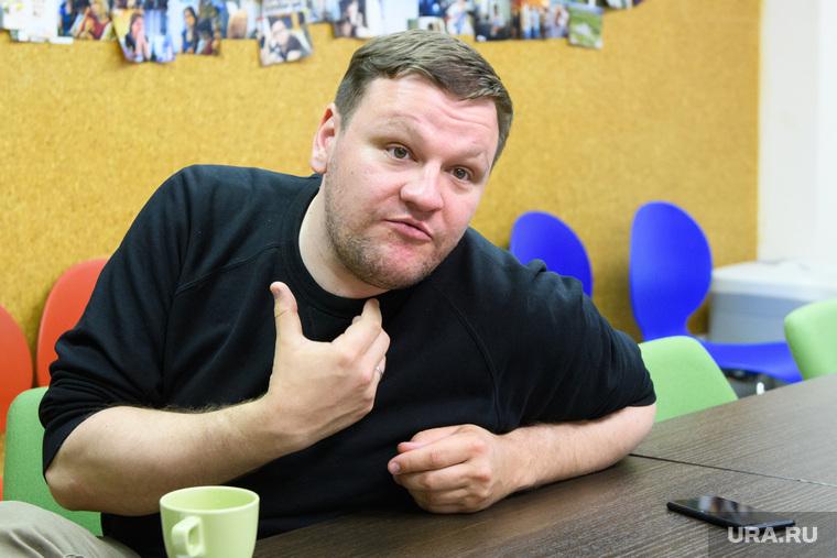 Митя Алешковский. Екатеринбург, жест рукой, алешковский дмитрий