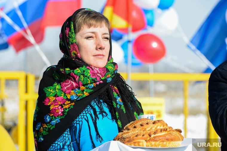 Ввод в эксплуатацию газопровода в деревнях Пашнино-1 и Пашнино-2 Красноармейского района Челябинской области, россия, традиции, хлеб соль, платок с цветами