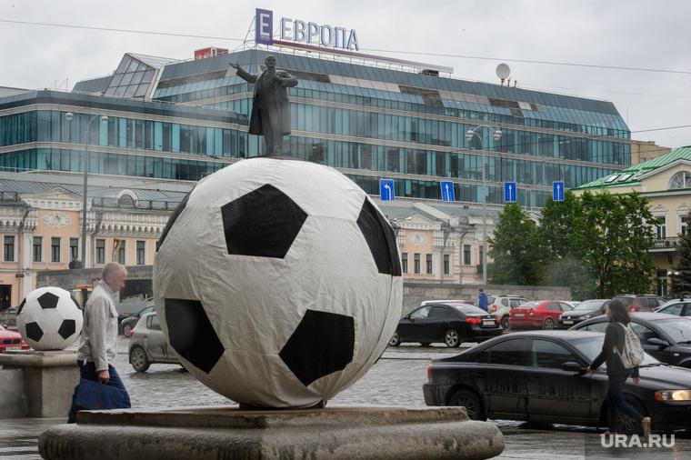 Футбольные мячи у администрации Екатеринбурга, памятник ленину, тц европа, чм2018, площадь1905 года, футбольный мяч, город екатеринбург