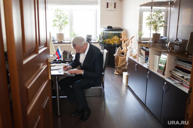 Визит врио губернатора Магаданской области Сергея Носова в Нижний Тагил. Свердловская область, носов сергей, подпись, подписывает