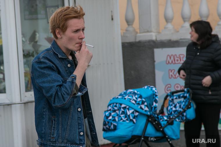 Разное. Курган, молодежь, курение, сигарета, женщина с коляской