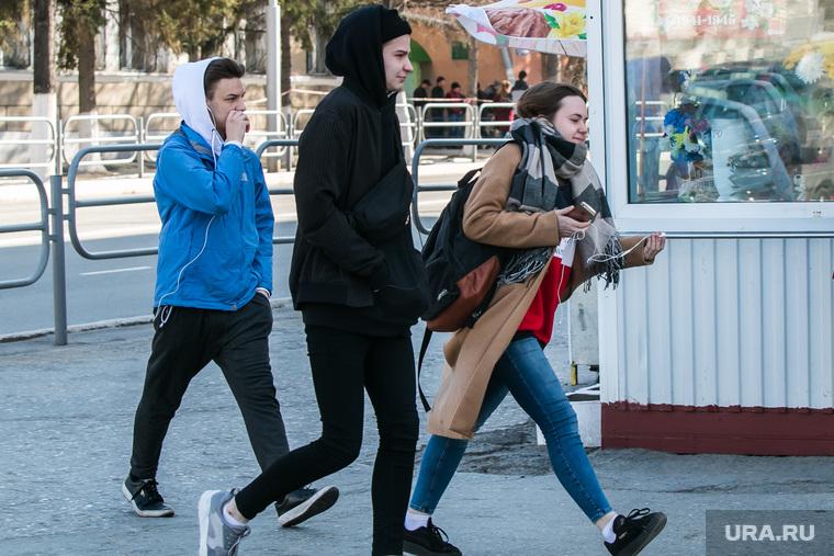 Несанкционированное шествие сторонников Навального у кинотеатра Россия. Курган, молодежь, студенты