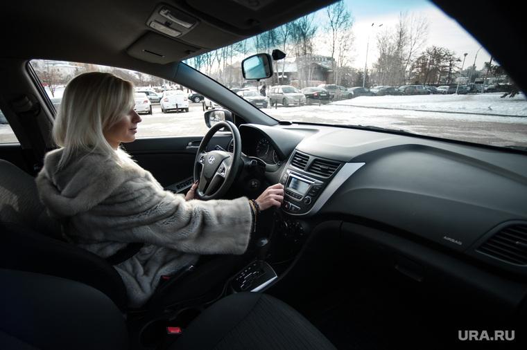 """Старт работы сервиса каршеринга """"Делимобиль"""" в Екатеринбурге , водитель, автолюбитель, женщина за рулем, салон автомобиля, авто, машина, девушка за рулем, вождение"""